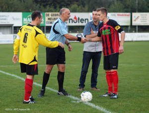 Trouwe supporter Simon Kums nam de aftrap namens broer en matchbalschenker Mark Kums (vloer- en tegelwerken).
